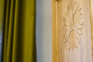 Kézzel faragott mandala díszítés a szekrényajtón