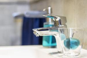 Kék árnyalatok a fürdőben