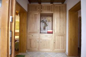 A NAPVARÁZS és a KIKELET szoba közös előtere beépített szekrénnyel
