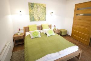 Szoba zöld mandalás dekorációkkal