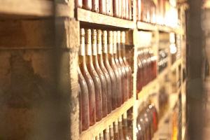 Kitűnő tokaji borok sorakoznak az Árpád-hegy Pince polcain