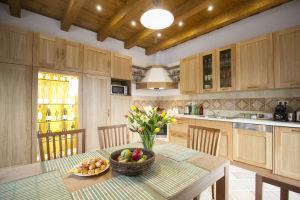 Egyedi tervezésű és kivitelezésű a hangulatos Mandalaház konyha