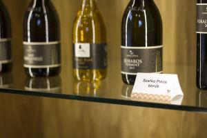 Szarka Pince borokat kínálunk eladásra az egyik polcon