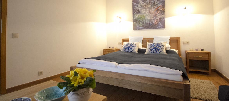 A külön bejáratú 2 fős HARMATCSEPP szoba meghitt nyugalma valódi pihenést ígér.
